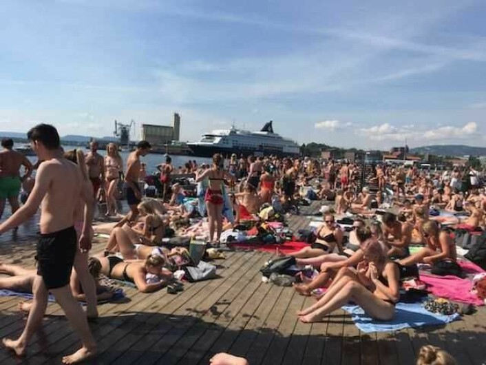 Sørenga sjøbad er blitt Oslos desidert mest populære badeplass. I sommer har det vært festivalaktige tilstander forteller naboer til badeplassen. Foto: Morten Steenstrup