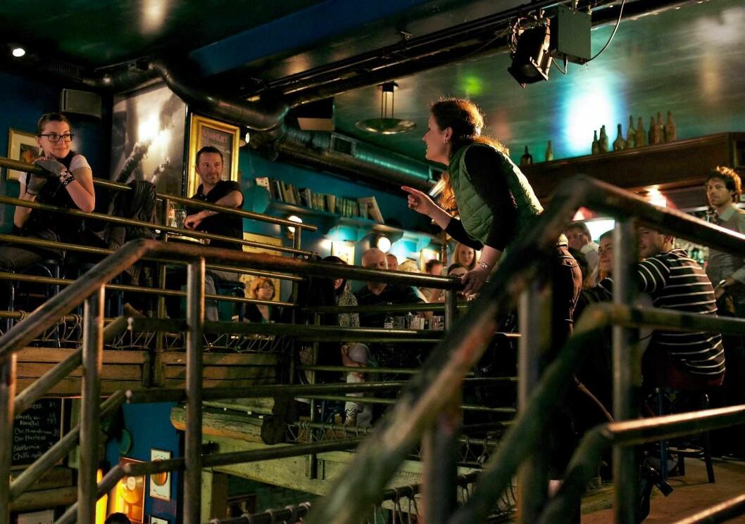 Mezzosopranen Gro Bente Kjellevold synger til heldige pubgjester på Underwater Pub. Foto: Underwater Pub