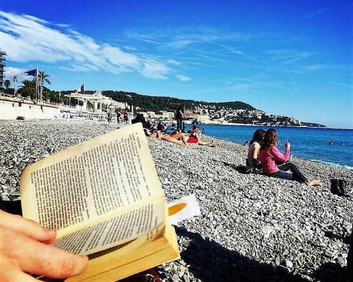 Strandliv og en god bok går gjerne hånd i hånd. Foto: UpSticksNGo Crew / Flickr