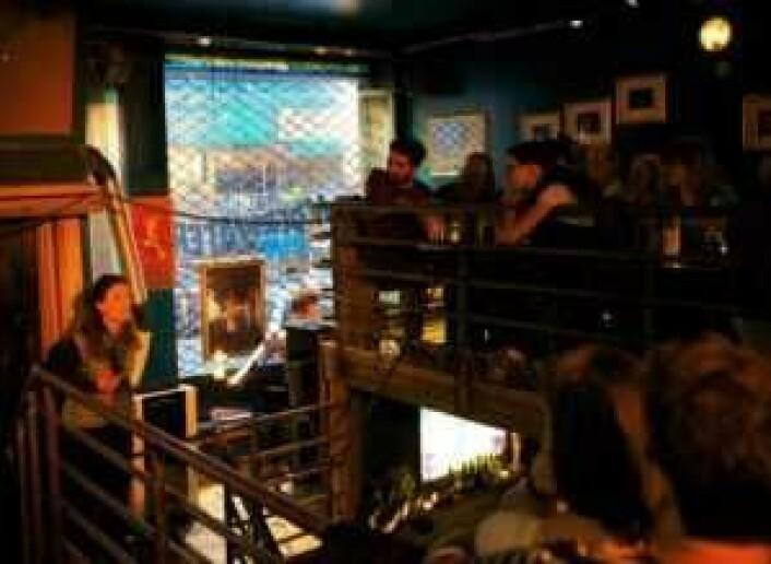 Opera underveis på Underwater Pub, foran pubens henrykte publikum. Foto: Jan Liedtke / Underwater Pub