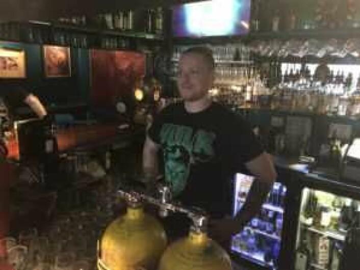 Alexander Gyhlesten i baren på Underwater Pub. Men selv ikke Hulk kan redde Underwater, ser det ut til. Foto: Stian Maurveg