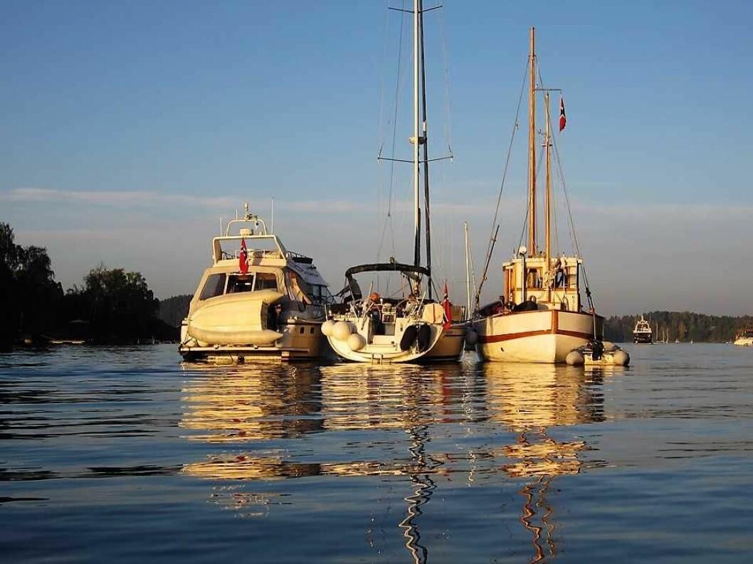 Middagsbukta mellom Brønnøya og Langåra i Asker er et yndet utfarts- og ankringssted for Oslos båtfolk. Og hyppig patruljert av politibåten. Foto: Signe Karin/Flickr