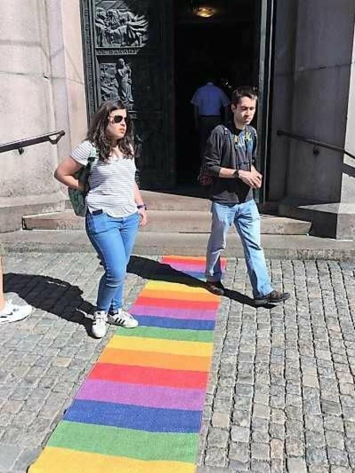 Den røde løperen var skiftet ut med en regnbuesløper under gudstjenesten i Domkirken da Oslo Pride ble arrangert. Foto: Kjersti Opstad
