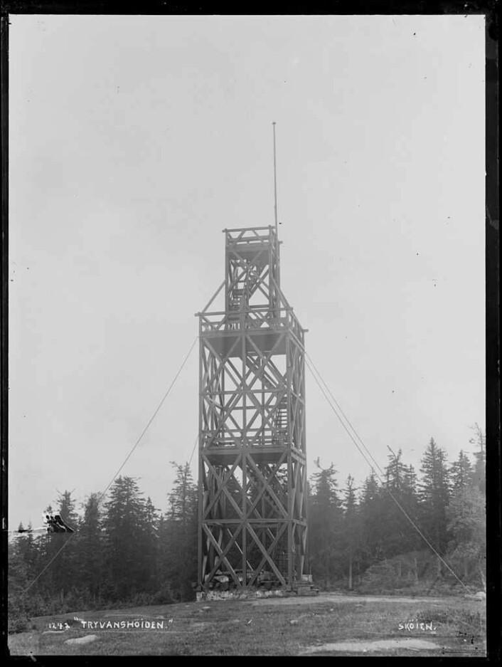 Dette bildet av Tryvannstårnet er tatt en eller annen gang mellom 1883 og 1910. Dette er utkikkstårn nummer to i rekken. Foto: Riksantikvaren