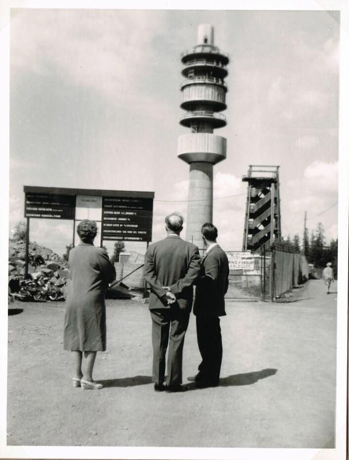 Bildet av Tryvannstårnet under bygging i 1961 er tatt av en ukjent forograf. Til høyre ser man tårnet som ble revet da dagens tårn sto ferdig året etter.