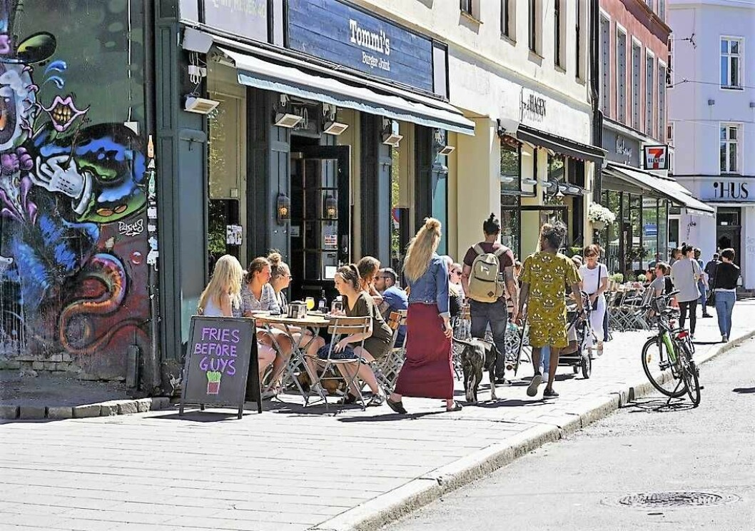 Uteservering i dagens Thorvald Meyers gate. I fremtiden skal midtre del av gata få bredere fortau. Foto: VisitOslo/Tord Baklund