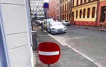 Et veiskilt på Grünerløkka vekker oppsikt. Kommunen aner ikke hva som har skjedd