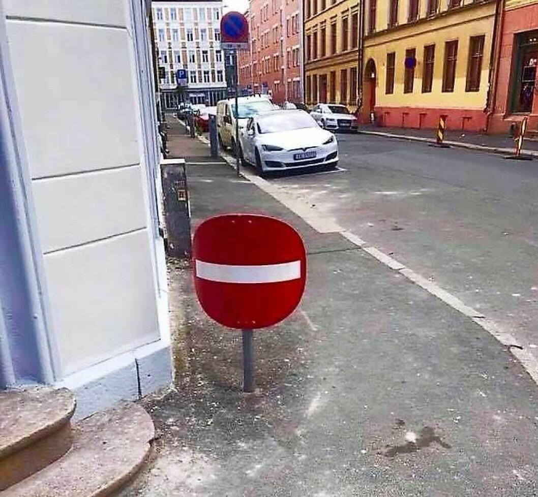 Dette innkjøring forbudt-skiltet på Grunerløkka vekker oppsikt. Foto: Michal Kowalski