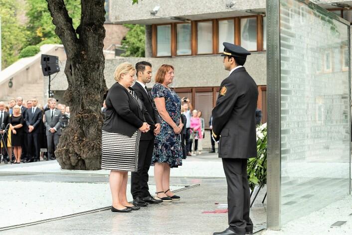 Fra venstre: statsminister Erna Solberg, AUF-leder Mani Hussaini og støttegruppens leder, Lisbeth Røyneland, legger ned krans ved det midlertidige minnesmerket. Foto: Ann Kristin Lindaas / KMD