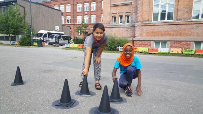 Disse ungene er svært klare for å komme i gang med det nye Ludo-spillet på Rudolf Nilsens plass! Foto: Tarjei Kidd Olsen