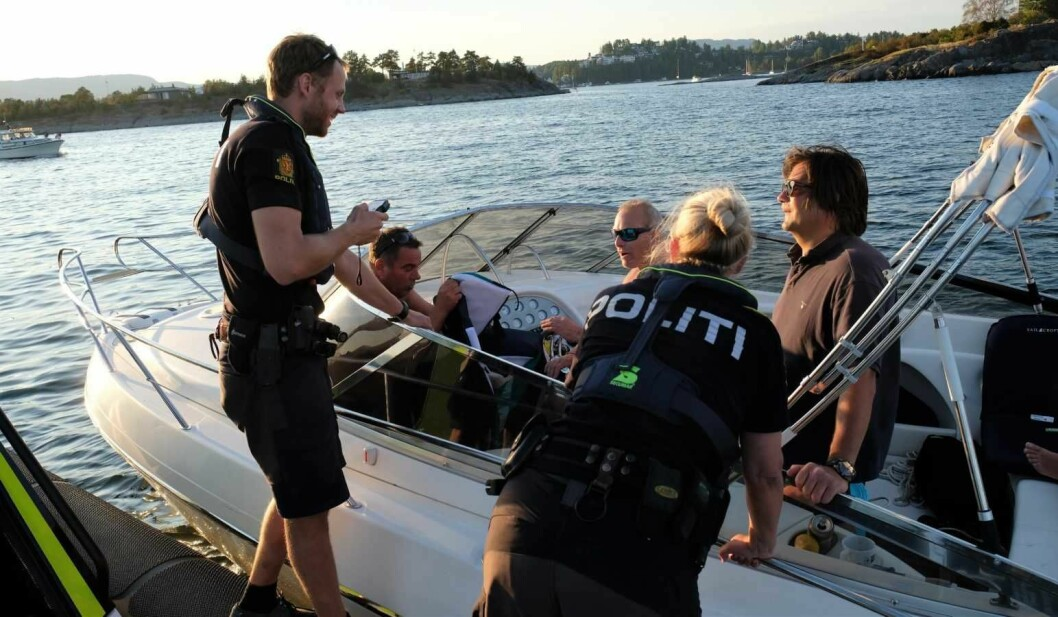 Føreren av denen båten har akkurat blåst til 0,72 i alkotesteren. Han får streng beskjed av politibetjent Mats Gjerustad om å frastå fra mer alkohol på sjøen i kveld. Foto: Christian Boger
