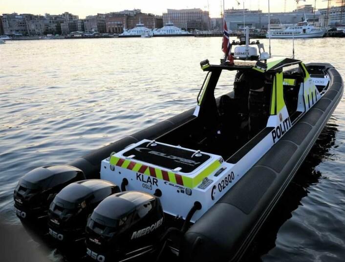 """Sjøtjenesten i Oslo politidistrikt får stadig ansvaret for større strekninger. Da er det greit å ha en kraftplugg som den nye RIB'en """"Klar"""" å komme seg fram med. Foto: Christian Boger"""