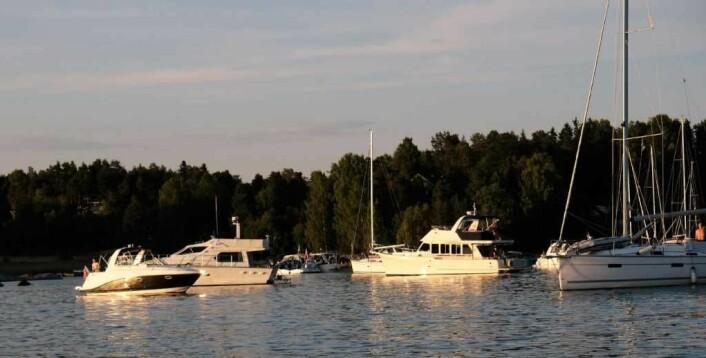 Selv på en fredagskveld midt i ferien er det godt med fritidsbåter i populære Middagsbukta. Foto: Christian Boger