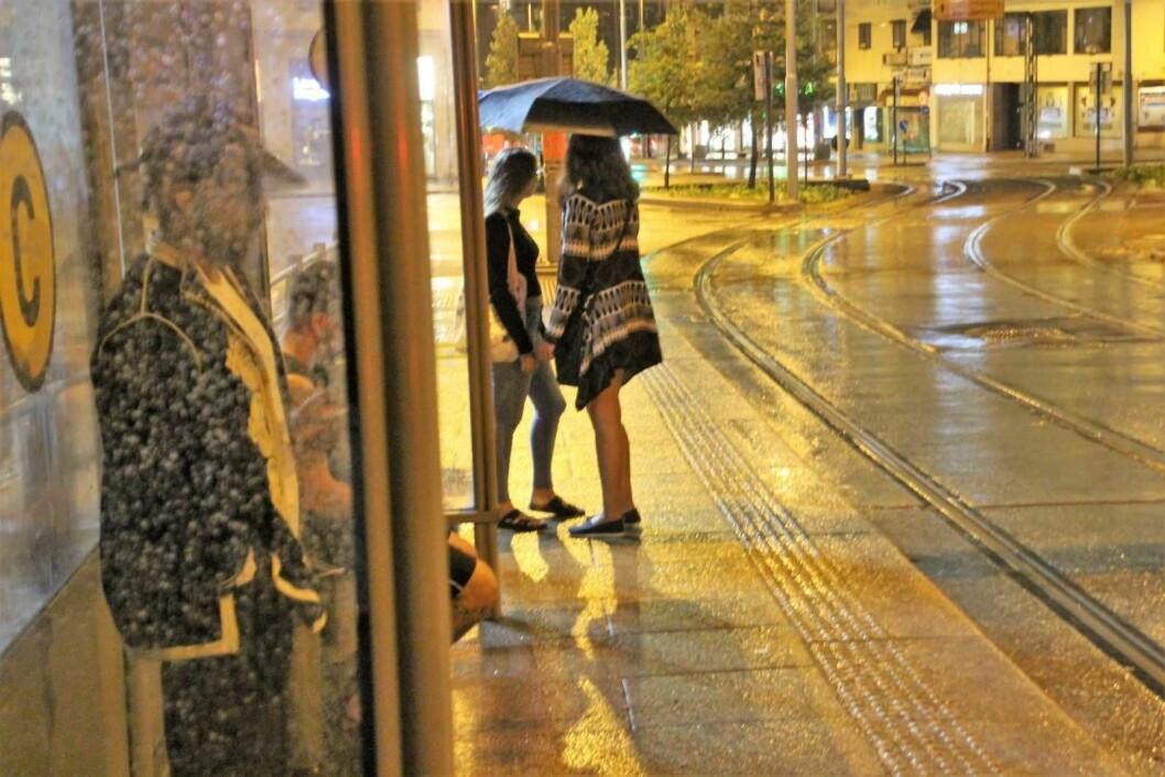 Ved midnatt lørdag søkte folk ly for regnet ved Carl Berners plass. Men det ble under 16 millimeter nedbør natt til søndag. Oslo slapp unna styrtregnet som traff andre deler av Østlandet. Foto: Geir Staib