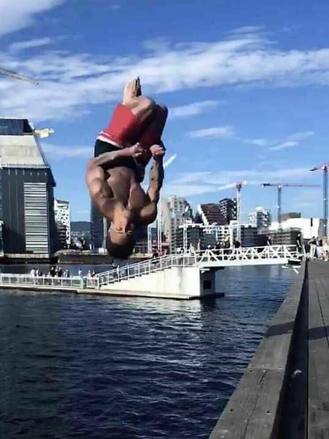 Akrobatiske stup og hopp fra bryggekanten på Sørenga fra 18-åringen som i 2018 har vært Norges beste turner. Foto: Privat