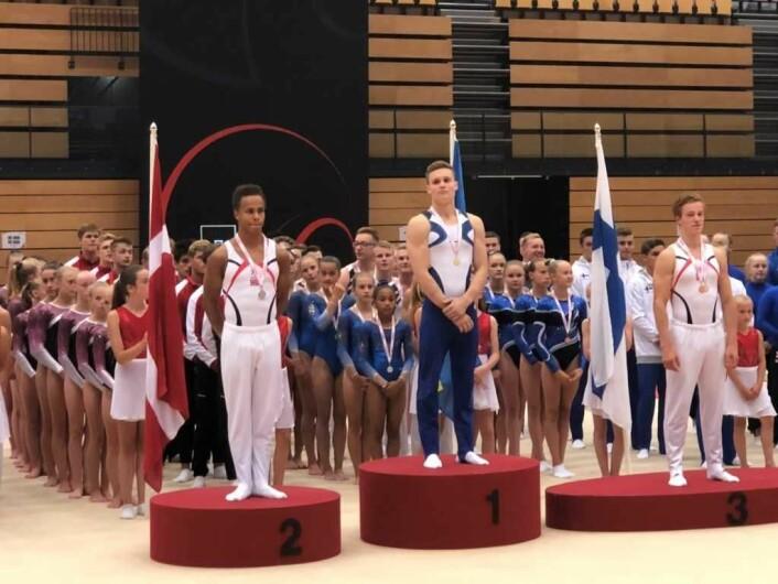 Sofus Heggemsnes (til venstre i bildet) er egentlig best som allrounder der han tok sølv sammenlagt i nordisk mesterskap. Men han hadde full klaff også i to enkeltøvelser med en sølv og en bronse. Foto: Privat