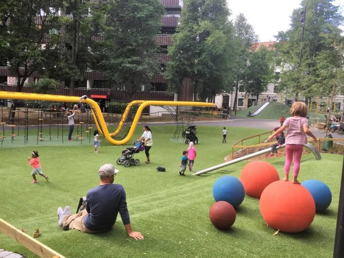 Sørli lekepark heter den nye lekeplassen på Tøyensenteret. På kort tid rukket å bli populær. Foto: Vegard Velle