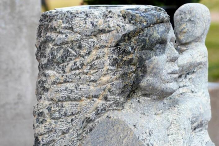 Mor og barn hugget i stein. Steinskulpturer kan være uhyre detaljrike når de studeres på nært hold. Foto: Olga Andresen
