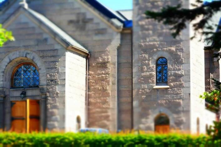 Praktfulle Grorud kirke er selvfølgelig laget av lokal grorudgranitt. Foto: Olga Andresen