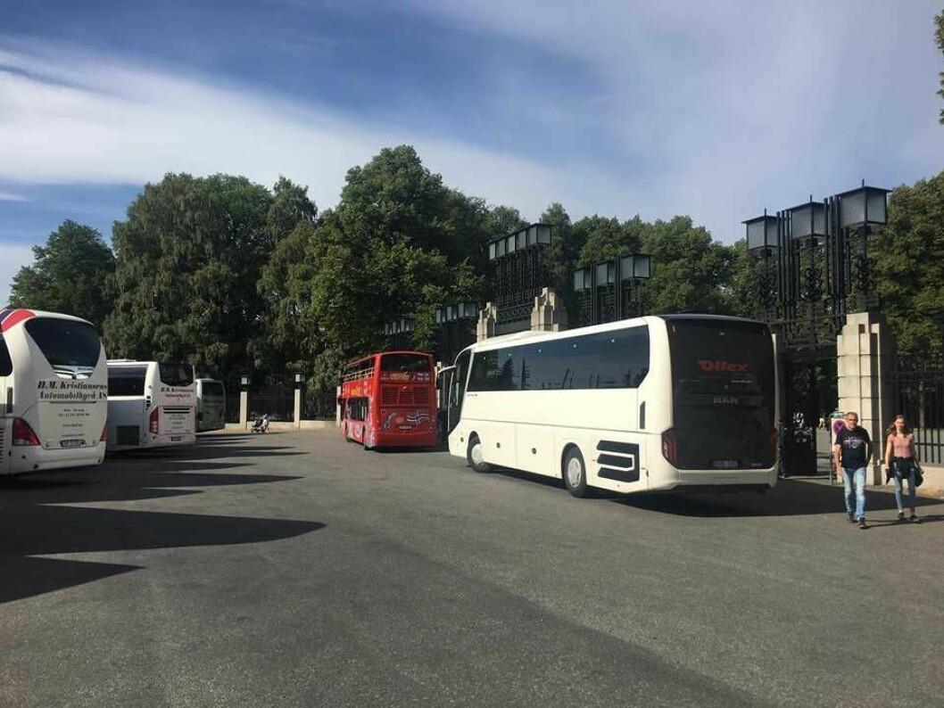 Bussene står tett i tett mens motoren går på tomgang utenfor Frognerparken mandag formiddag denne uka. Foto: Beathe Schieldrop