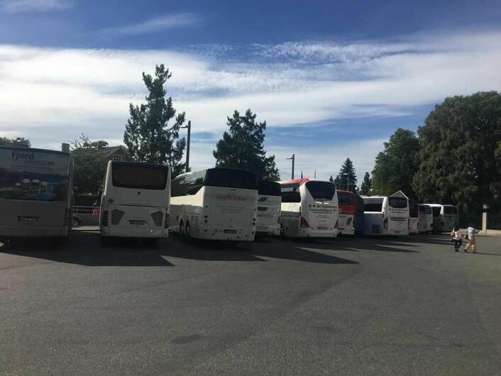 Mandag formiddag sto et titalls turistbusser utenfor Frognerparken, ved Kirkeveien, med motoren i gang. Foto: Beathe Schieldrop
