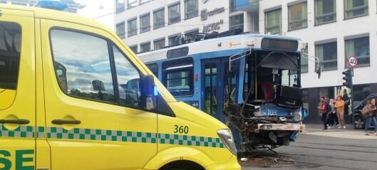 11 skadd etter trikk mot lastebil i krysset Storgata og Hausmannsgate