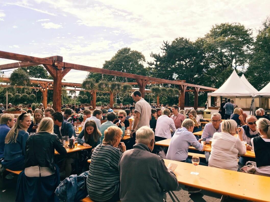 Flere hundre folk oppsøkt den nye uteserveringen på St- Hanshaugen de første timene etter åpning. Foto: Aleksander Erichsen