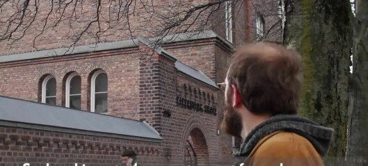 Peter fremfører Lilleborgsangen for oss mens han tråkker opp sin gamle skolevei