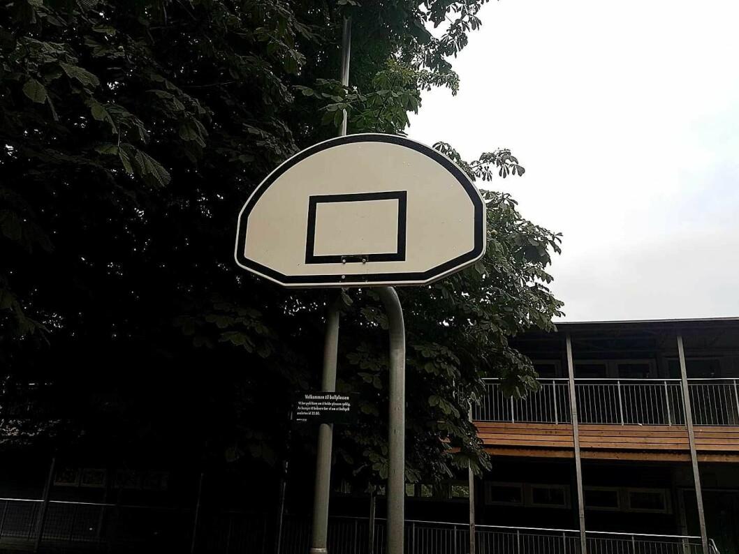 Denne basketbanen ved Vålerenga skole er stengt, og to kurver er fjernet. Foto: Geir Mugaas