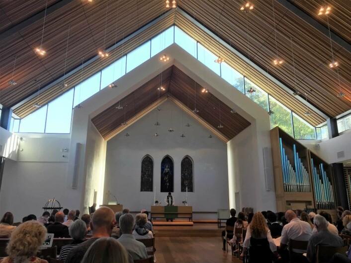 Innvendig er kirken smakfull. Foto: Kjersti Opstad