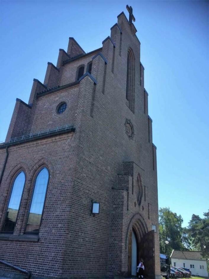 Nordstrand kirke er dekket med rød teglstein. Foto: Kjersti Opstad