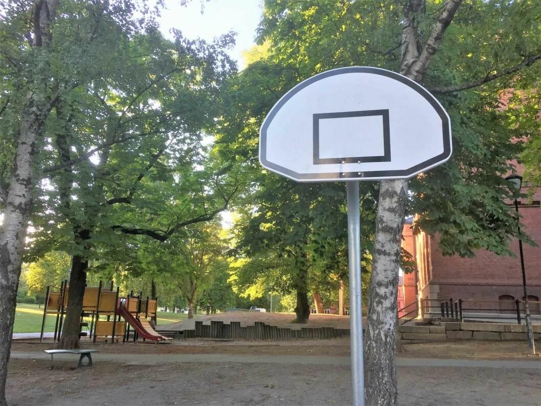 Dette basketstativet uten kurv på Vålerenga skole er det ikke mulig å spille basket på. Foto: Vegard Velle