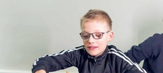 Nå får synshemmede Petter (10) endelig ha med seg venner i drosja hjem fra skolen. — Ett års kamp er over, sier mor