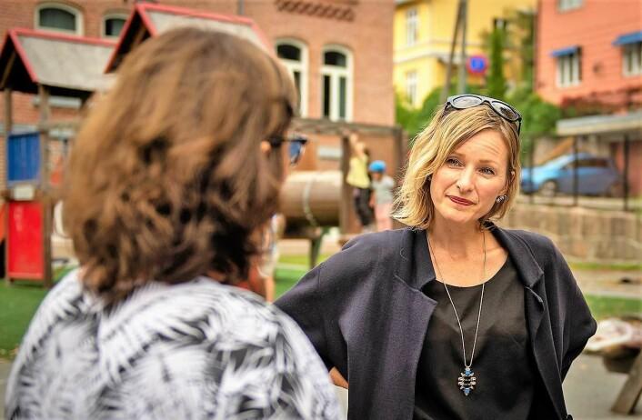 Inga Marte Thorkildsen i samtale med leder for AKS på Bolteløkka, Marit Johansen. Foto: Morten Lauveng Jørgensen