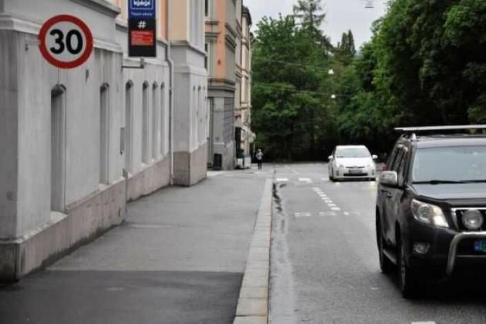 I Hagegata rett utenfor Tøyen skole er det mange bilister som gir blaffen i fartsgrensen. Foto: Arnsten Linstad
