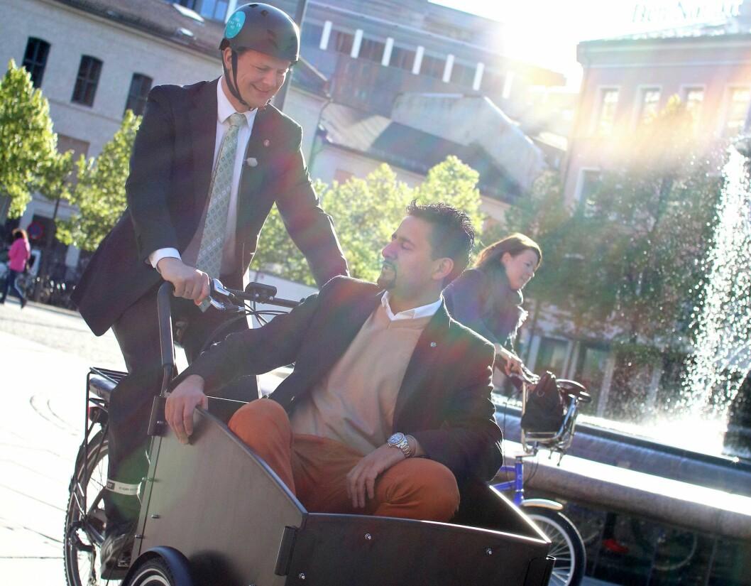 Samferdselsminister Ketil Solvik-Olsen transporterer Venstre-politiker Abid Raja i transportsykkelen. Illustrasjonsfoto: Norsk Elbilforening
