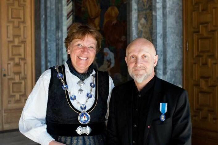Prisvinneren med Oslos ordførerMarianne Borgen (SV) da han fikk St. Halvard i mai i år. Foto: Sturlason/Oslo kommune
