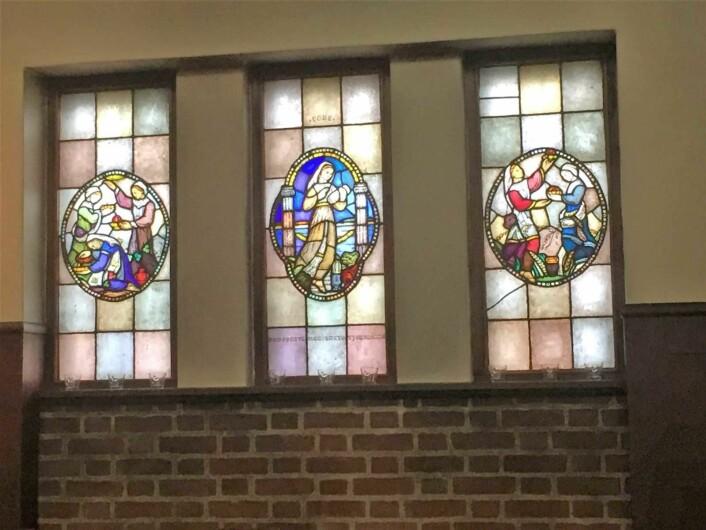 Maria Vigeland har laget glassmaleriene som pryder Lovisenberg kirke. Foto: Kjersti Opstad