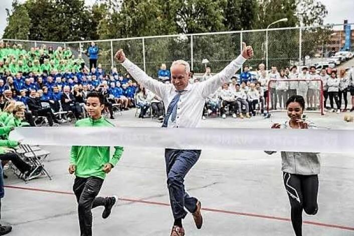 Jan Tore Sanner åpner Wang ung Oslo ved å vinne mot elever ved skolen. Foto: Thomas Haugersveen