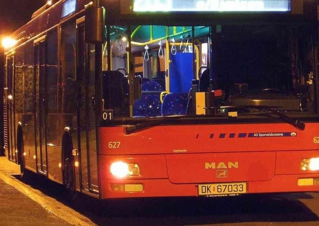 Den 34 år gamle mannen benektet alt i tingretten. Men ble avslørt av overvåkningsbilder fra bussen og en medpassasjers mobilvideo. Illustrasjonsfoto: Sporveisbussene AS