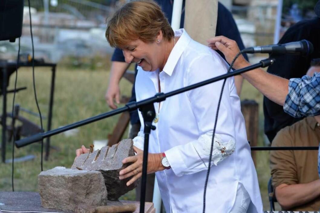 Ordfører Mariann Borgen (SV) har klippet utallige snorer for å åpne ulike arrangmenter. Men å splitte en stein for å åpne steinhoggerfestivalen på Grorud var en helt ny opplevelse for Oslos fremste tillitsvalgte. Foto: Olga Andersen
