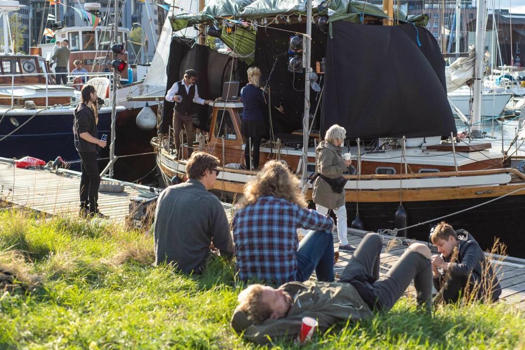 Eivind Westhagen rigger om seilskuta til festivalscene. Når mørket siger på, kommer også lyssettingen til sin rett. Foto: Anna Carlsson