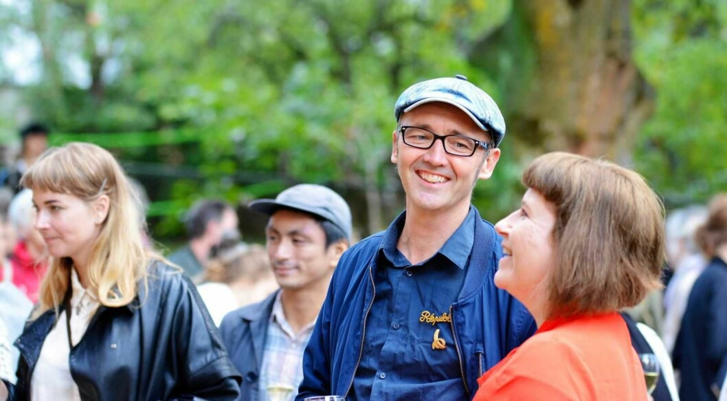 Fredrik Raddum og Linda S Olsen i Norsk Billedhoggerforening smiler fornøyd ved åpningen av Villa Furulund på Carl Berner. Foto: Olga Andresen