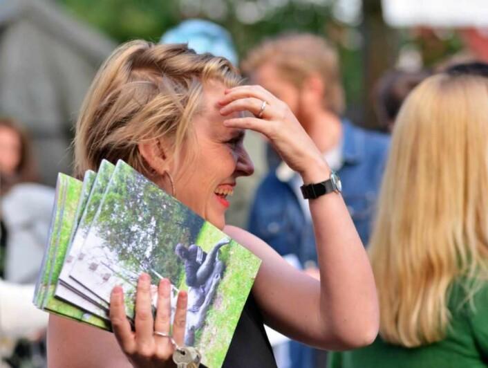 En for dagen hektisk opptatt kurator Silja Leifsdottir i Billedhoggerforeningen med bøkene som ble gitt ut for å hedre håndverkerne. Foto: Olga Andresen