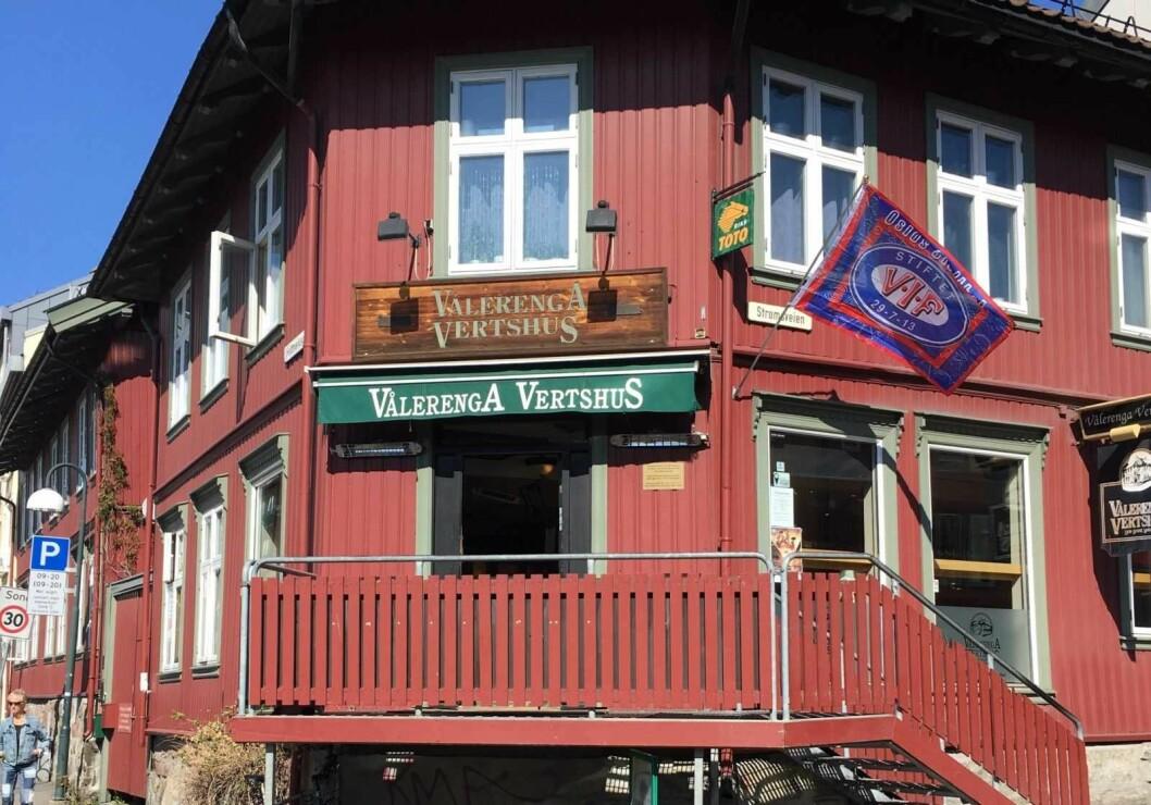 Noen stjal VIF-flagget fra Vålerenga vertshus i natt. Foto: Ine Elise Høiby