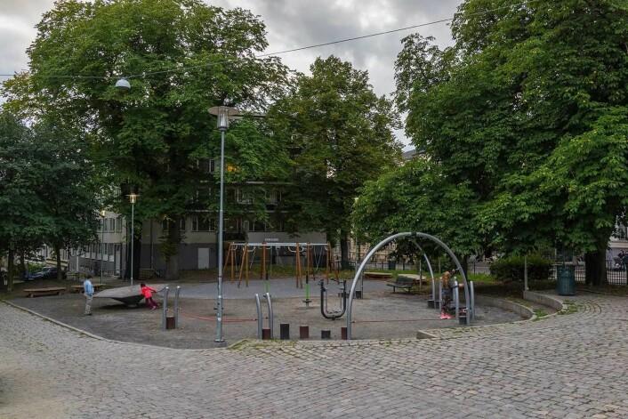 Mosse Jørgensens plass er blitt en hyggelig nabolagspark med lekeapparater. Dopsalg og kriminalitet er borte. Foto: Stian Schjelderup
