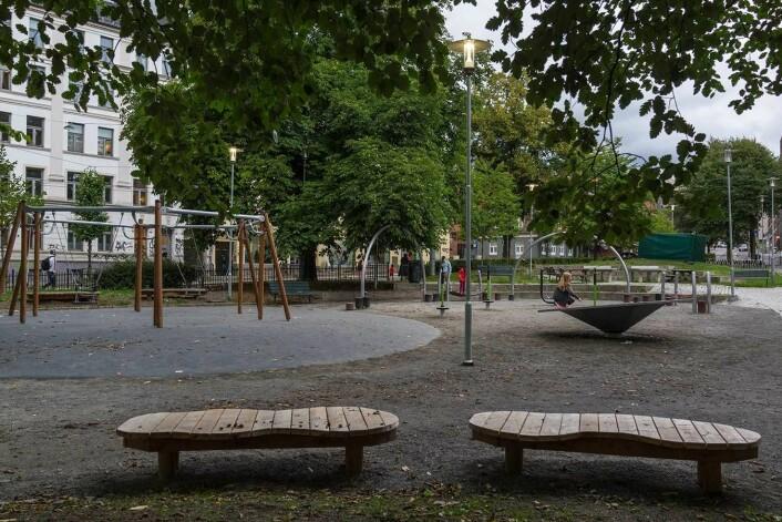 Dopsalg og kriminalitet skjemmet Mosse Jørgensens plass. Nå er det barnevennlig og hyggelig ved Lakkegata skole. Foto: Stian Schjelderup