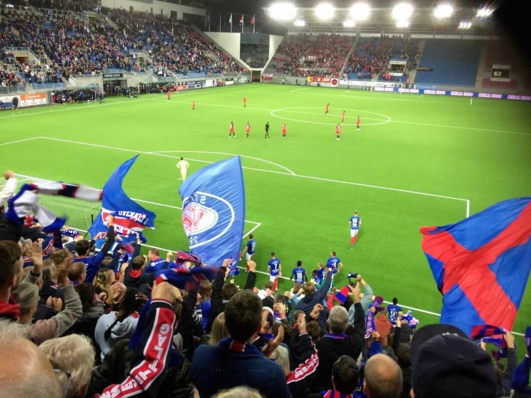 Jubel blant VIF-fansen når Vålerenga får 2-0 mot Brann. Foto: Johannes Hellstrand Frøshaug