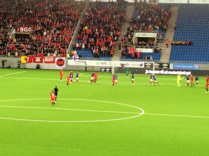 Keeperen til Brann, sett i gul til høyre i mengden av spillere, tilbrakte fem minutter på Vålerengas halvdel mot slutten. Foto: Johannes Hellstrand Frøshaug