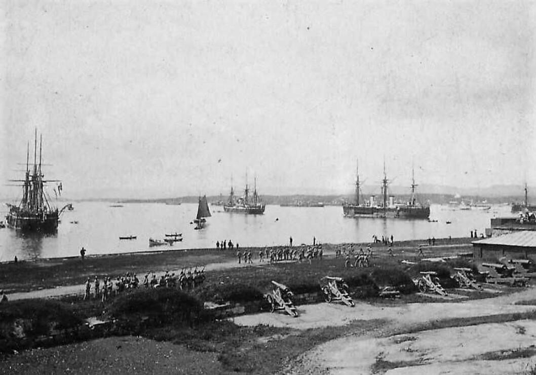 Oslo havn sett fra Akershus festning ca 1870-1880, med ekseserbatteriet på Vippetangen. Båtfolk og skøyteløpere var rett i skuddlinjen til batteriene. Foto: Per Adolf Thorén / Oslo Museum / BY-SA